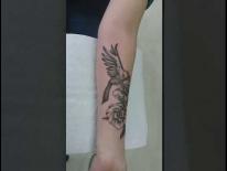 Тату на руке. Птица и цветок. Татуировки в Гомеле