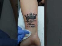 Татуировка на руке. Корона и надпись. Татуировки в Гомеле
